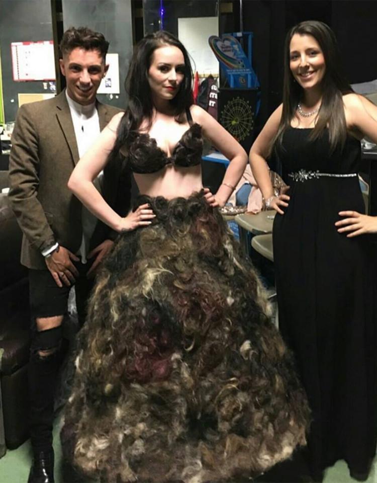 为打败LadyGaga的肉片裙,她收集全球人的毛发做了件衣服