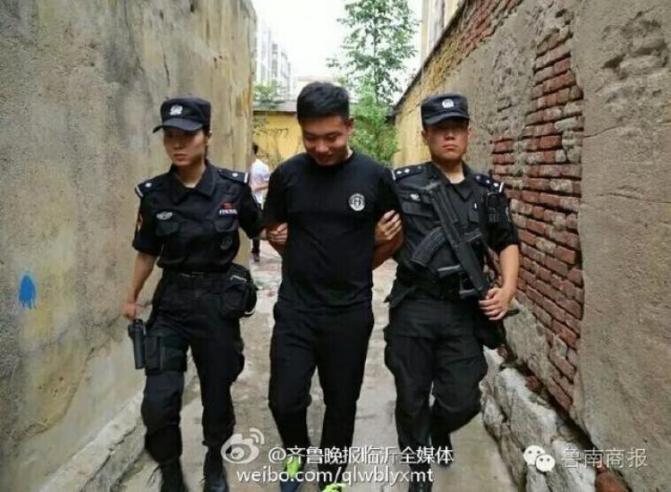 【奇葩小报】女孩怕男友湿鞋背其过马路小伙假冒特警玩直播遇上真特警