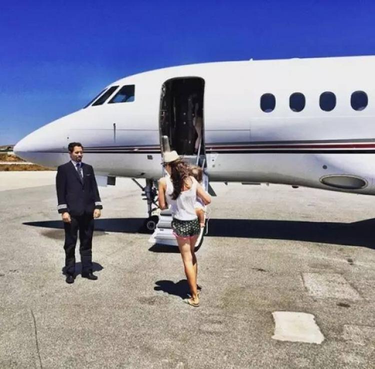 她开法拉利、有私人飞机、2岁身价200亿实力碾压贝小七