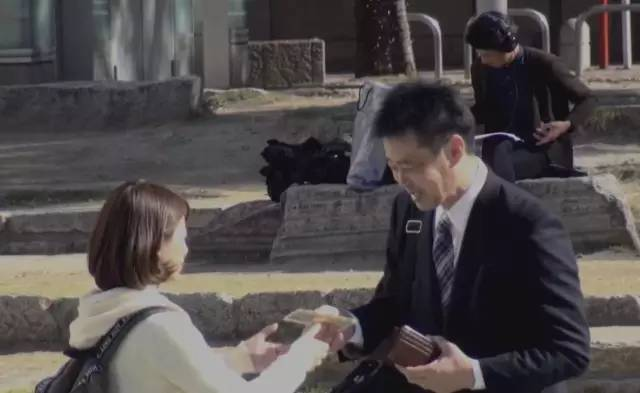一个日本女孩分别在素颜和化妆的情况下,找男生借钱,男生们的反应是……