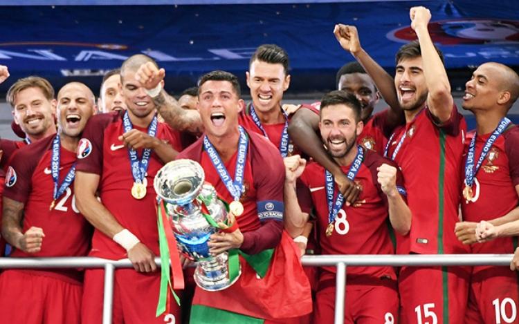 别说红配绿土掉渣了,欧洲杯过后现在我们都是红绿粉儿!