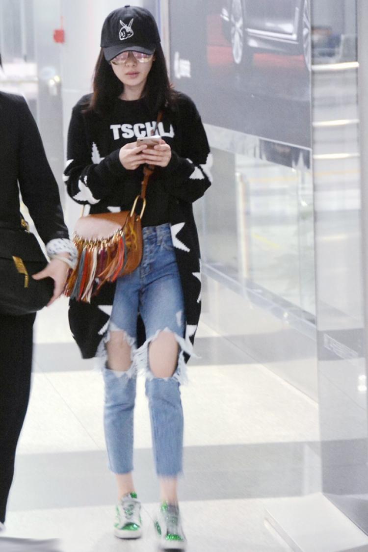 帅气单品非黑T莫属,怕不够时髦?那你看配上牛仔裤之后呢?