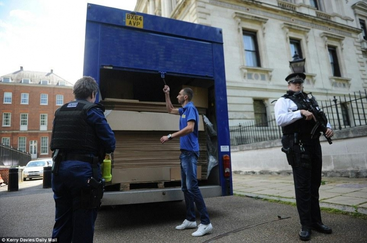 卡梅伦搬家用了300个箱子,他们一家要去哪里干些啥?