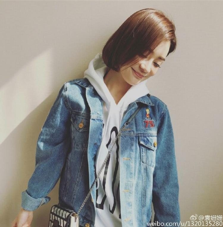【明星同款】阳光正好,像袁姗姗这样穿件卫衣牛仔岂不是更显青春活力!