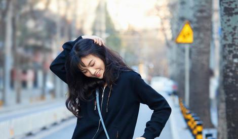 春夏启程巴黎时装周 自然不做作的装扮 少女感十足