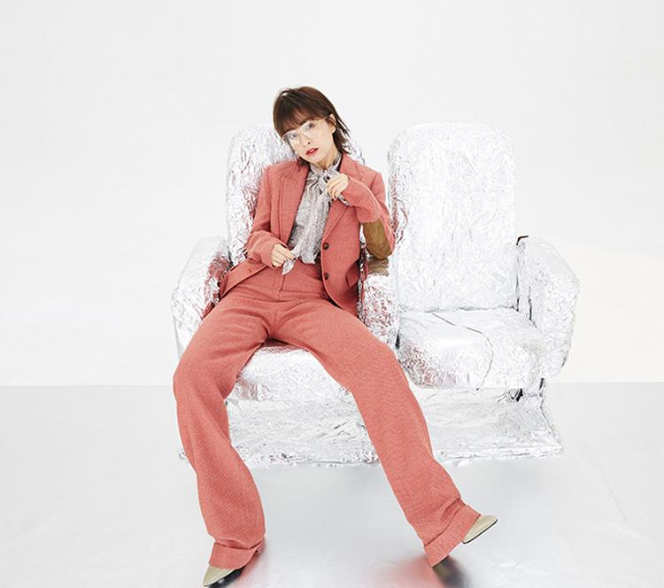 吴昕时尚大片身穿粉红色西服清新俊逸