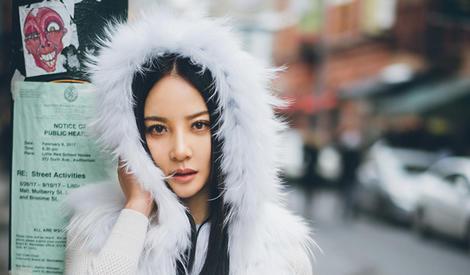 陶红时尚街拍曝光 皮草夹克扮嫩减龄