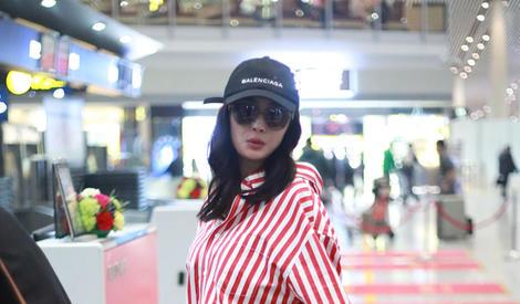 杨幂机场街拍 红边条纹衬衣慵懒随性
