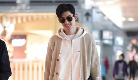 张翰现身机场 穿小白鞋变清新阳光男