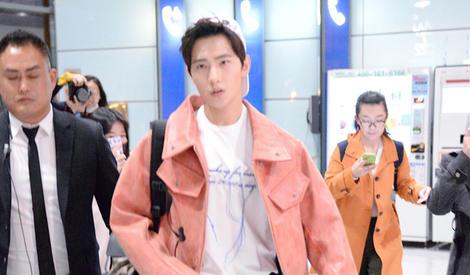 杨洋机场街拍 铅笔裤小白鞋似清爽大男孩