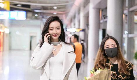 王鸥穿白色大衣气质出众 遇粉丝暖心签名笑容甜美