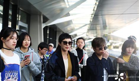 郭采洁低调现身机场 高人气获众多美女接机