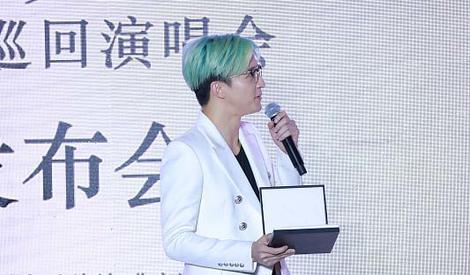薛之谦薄荷绿发色配白西装 潮范爆表