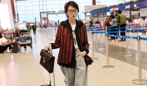 周冬雨出发香港金像奖  西装搭配阔腿裤帅到飞起