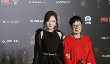赵薇黑裙出席香港金像奖 携手许鞍华颁奖
