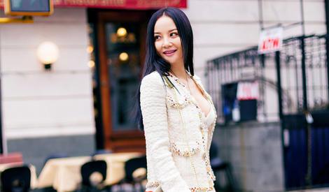 陶红彩虹裙化身春姑娘 纽约玩转少女风