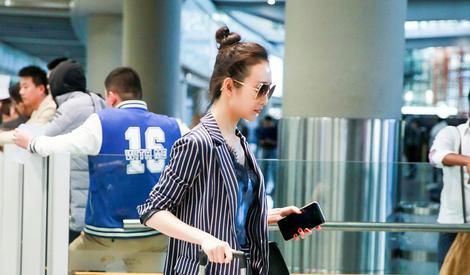 王鸥丸子头返京随性帅气 蕾丝吊带配西装时髦性感