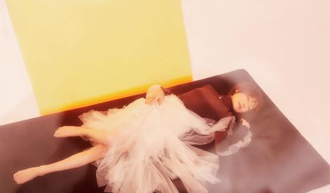 鲁豫写真造型百变 穿纱裙赤脚可爱灵动