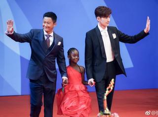 张翰亮相北京电影节闭幕红毯,吴京赞其角色塑造准确