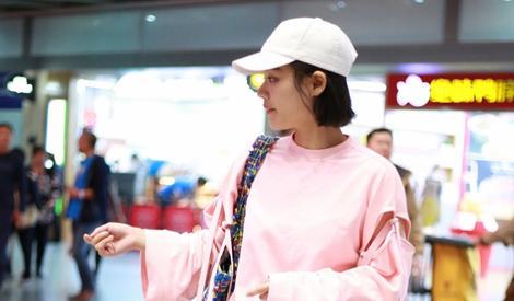 马思纯机场演绎可爱少女风
