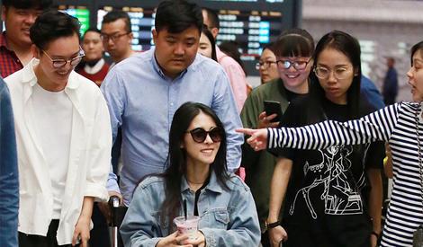 张碧晨坐轮椅现身机场被粉丝簇拥