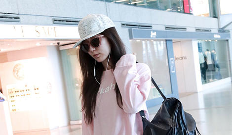 娄艺潇机场街拍 可爱粉红少女心