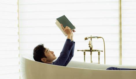 罗晋大片曝光,沉心阅读显沉稳气质