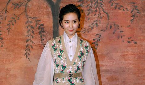 刘诗诗泡泡袖雪纺衫 刘雯深V西装出席时尚活动