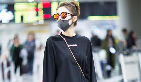古力娜扎潮装现身机场 浅浅一笑好软萌