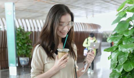 倪妮机场挽手助理 开心喝奶茶