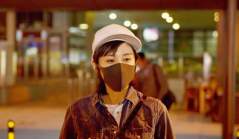 王子文手拎玩偶玩街拍 微笑看镜头