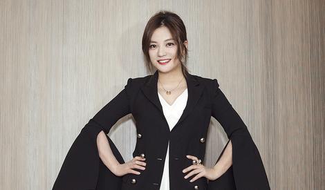 赵薇黑衣白裙优雅现身 女神的颜值又回来了!
