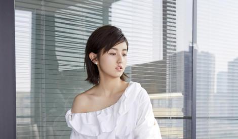 """00后""""小小花""""长大啦,张子枫小礼服超时尚"""