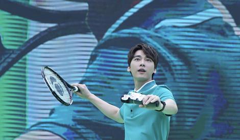 蜜蜂们,接住~网球王子李易峰邀你一起打球啦