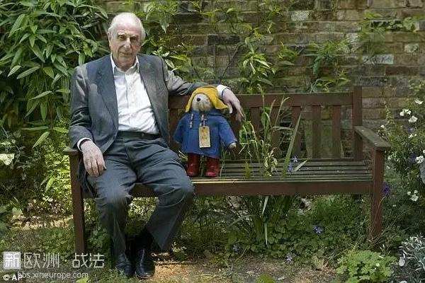 帕丁顿熊作者去世,这只秘鲁小熊温暖了一代代英国人的心...RIP -1a9fcbb3-8843-40fd-bc2a-85f6c89c4ac7.jpeg!ac1
