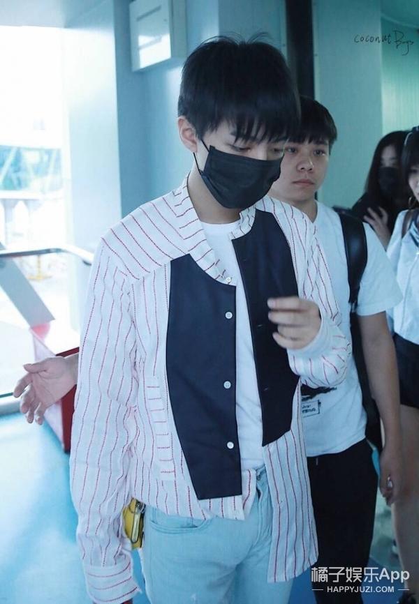 王俊凯机场照曝光,他竟然也喜欢少女心单品! -5955ca2770734