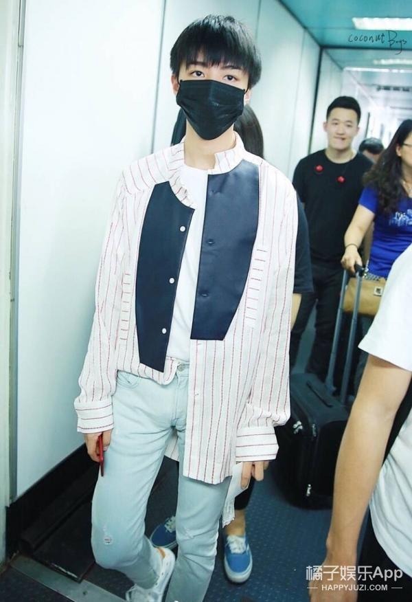 王俊凯机场照曝光,他竟然也喜欢少女心单品! -5955ca2987a84