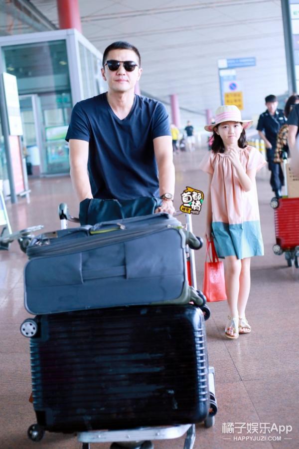 小萝莉李嫣和爸爸李亚鹏现身机场,11岁的她衣品就是大写的Fashion! -5955f1bd11532
