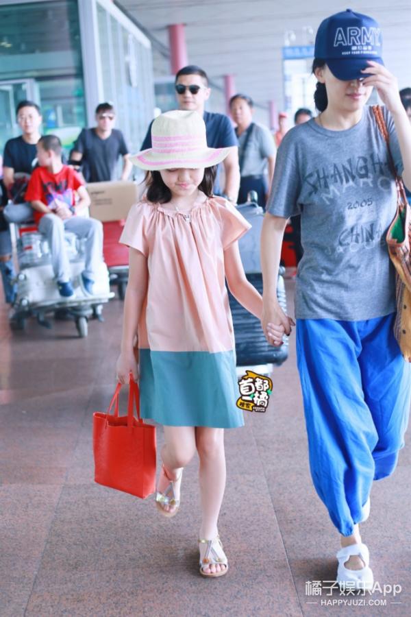 小萝莉李嫣和爸爸李亚鹏现身机场,11岁的她衣品就是大写的Fashion! -5955f5536356d