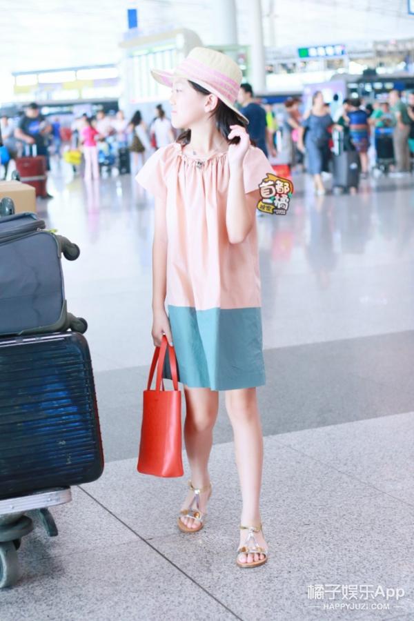 小萝莉李嫣和爸爸李亚鹏现身机场,11岁的她衣品就是大写的Fashion! -5955f55cd22b1