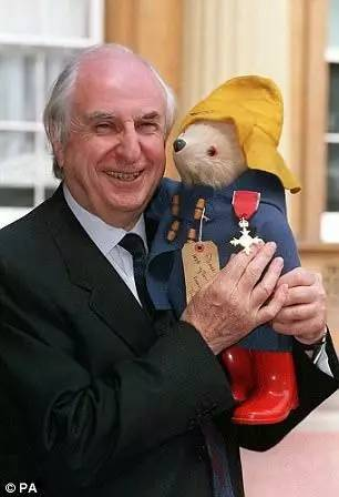 帕丁顿熊作者去世,这只秘鲁小熊温暖了一代代英国人的心...RIP -89b67171-bf45-47b3-8801-c0bcf39589a2.jpeg!ac1