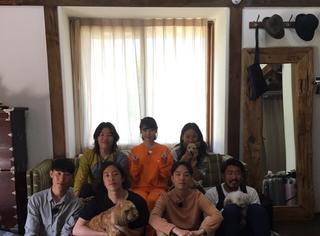 IU李知恩晒与民宿F4合照,橘色衣服穿出胡萝卜少女感