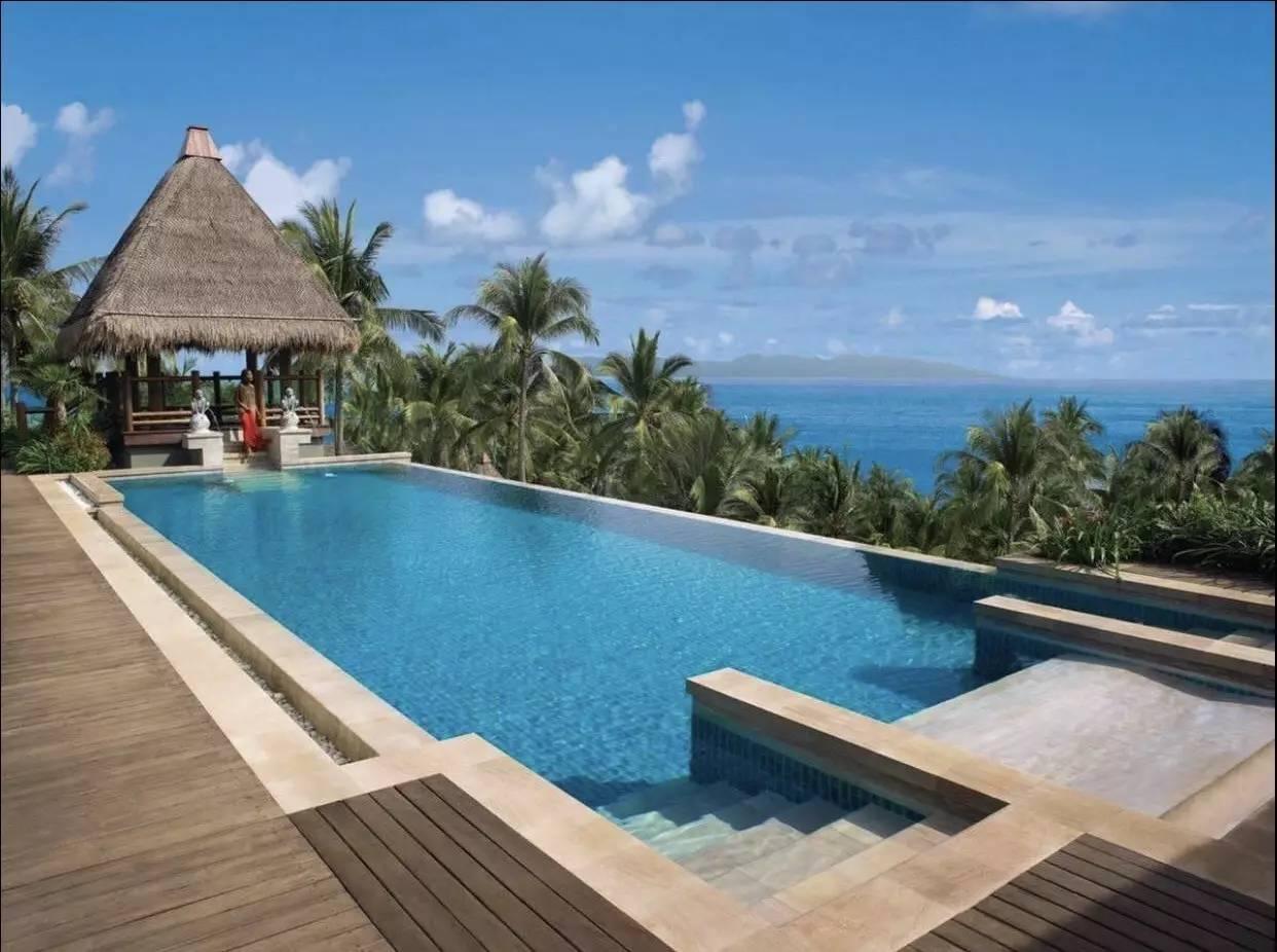 这是泰国第三大岛,也是不少电影的取景地,这里细软白沙,碧海蓝天,是个为人所熟知的,如同人间天堂一样的地方。 游玩点推荐 查汶海滩  这个知名的海滩开发较早,也因此有着最多的酒店和娱乐设施,海滩呈月牙形,绵延4公里,一眼望去,在这里游泳、日光浴、沙滩排球、水上摩托.