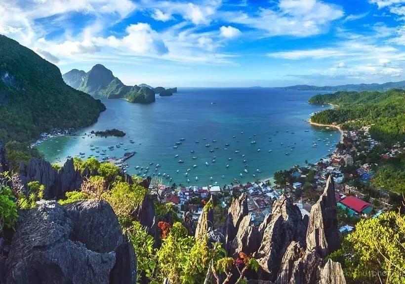 这里拥有菲律宾最纯净的内湖,水下珊瑚花园与多姿多彩的鱼儿是这里的特色。除此之外,这里还是世界级的沉船潜水圣地,20多艘二战时期被美国海军军舰击沉的日本海军军舰就在这片水域底下,有不少都可供前来浮潜的人游览。