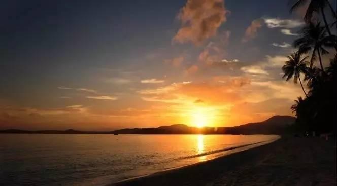 拉迈是苏梅岛上第二大海滩,清澈见底的海水适合游泳,岛上著名的景观祖