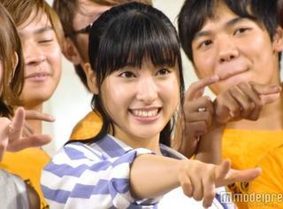 土屋太凤参加活动献唱,众人合影笑容灿烂