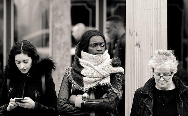 """马克隆拟立法禁止在公众场所对女性""""吹哨""""或""""询问号码"""",,搭讪也得按照基本法呀。。"""