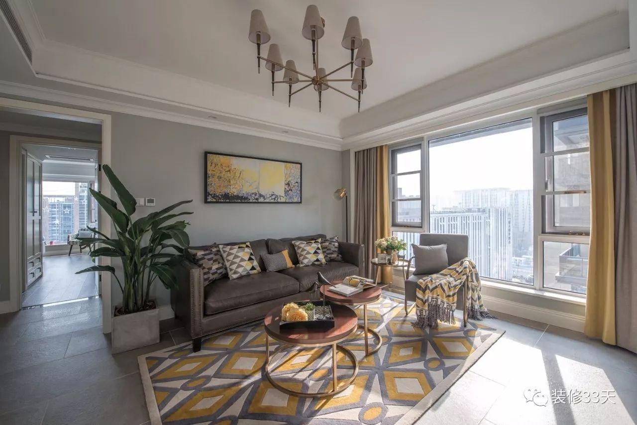 客厅地面通铺水泥色瓷砖,简洁的吊顶装一盏现代美式吊灯,落地景观窗图片
