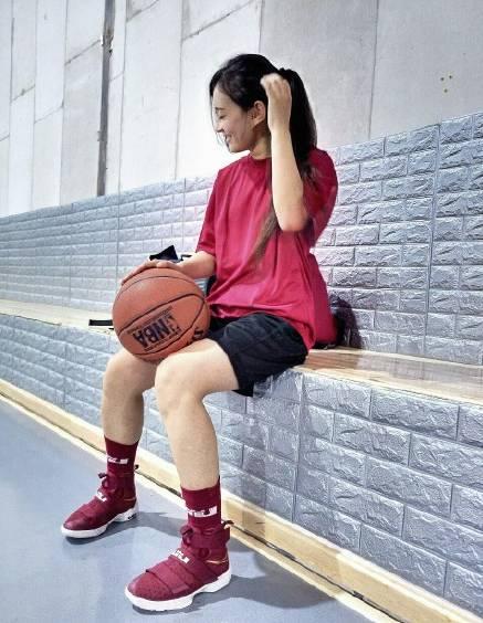 SNKRGirl 除了身材和球鞋,姿势也很重要哦!9.18-9.24