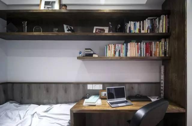 书房榻榻米兼书房整体设计可以当做客人偶尔过来居住的房间,也可以
